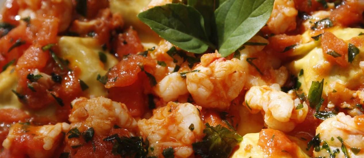 Novidade do Gero. Tortelli fresca recheada com alcachofra, molho de tomate concassé e lagostins frescos e manjericão Foto: Camilla Maia