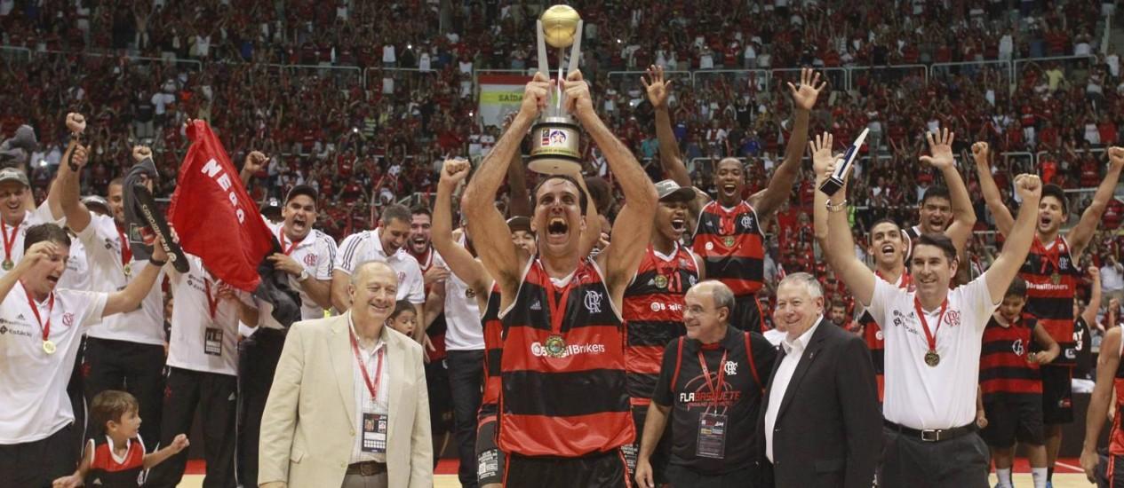 NBA. Marcelinho ergue a taça conquistada pelo Flamengo na Liga das Américas. Título valeu ao clube carioca o convite para dois amistosos contra equipes da liga americana, nos EUA, em outubro Foto: Márcio Alves/22-03-2014