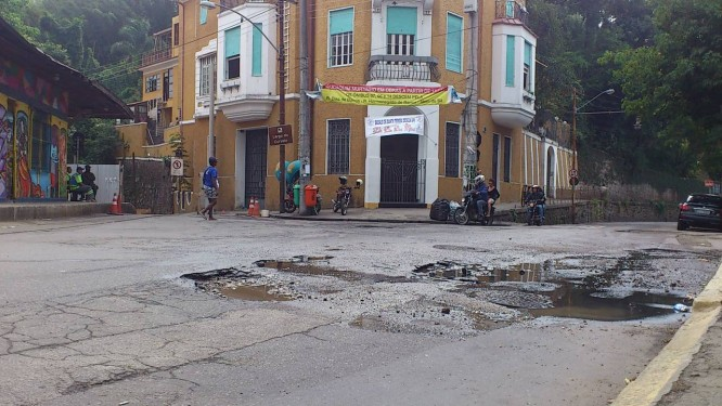 Vazamento danifica asfalto no Largo do Curvelo - Foto: Leitora Tania Darc / Eu-Repórter