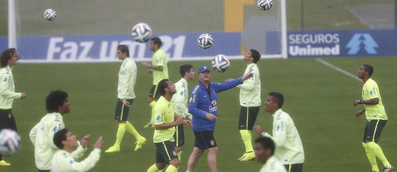 Felipão orienta o treino da seleção brasileira na Granja Comary Foto: Alexandre Cassiano / Alexandre Cassiano