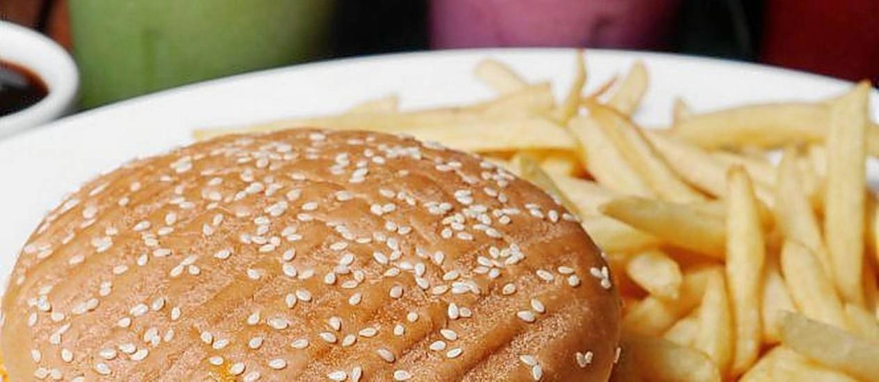Balada Burger. Vem com cheddar, alface, tomate e fritas (R$ 29,90) Foto: Felipe Hanower / Fotos de Felipe Hanower