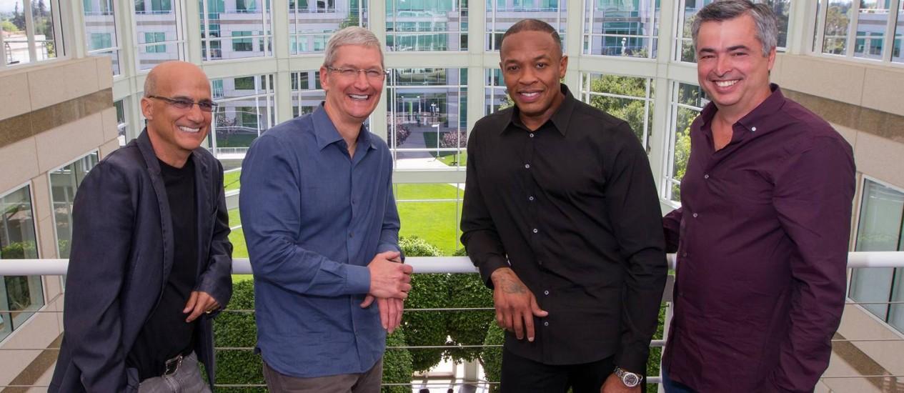 O cofundador da Beats Jimmy Iovine, o CEO da Apple, Tim Cook, o cofundador da Beats Dr. Dre, e Eddy Cue, vice-presidente de serviços e software da Apple Foto: DIVULGAÇÃO