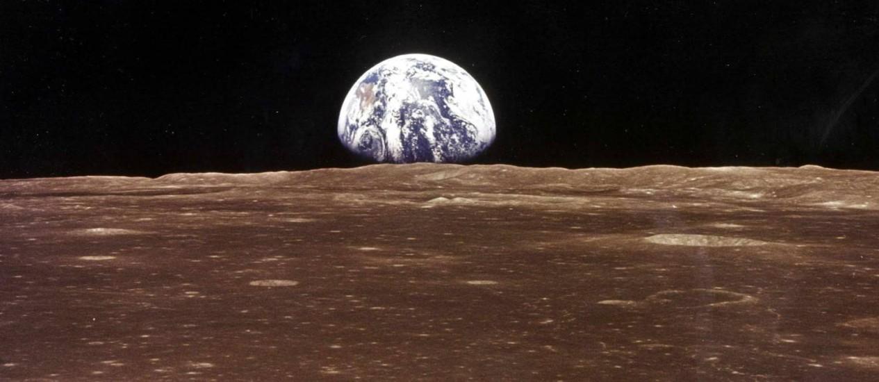 Vista da Terra a partir da Lua: de acordo com o experimento da Nasa, astronautas poderiam, teoricamente, postar selfies diretamente da superfície lunar Foto: AFP / NASA