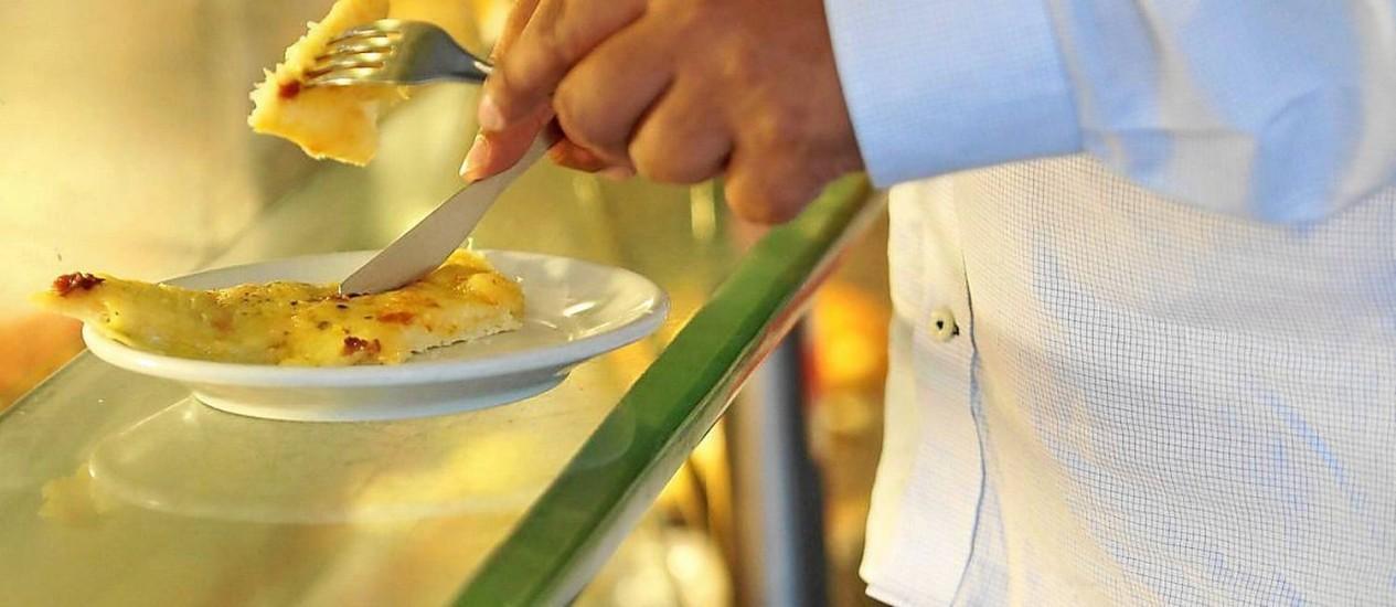 Alimentação super calórica e pouca atividade física têm levado população a engordar progressivamente Foto: Ana Branco