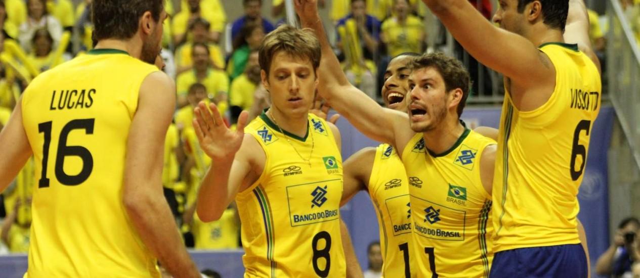 Jogadores comemoram um ponto durante a segunda derrota do Brasil para a Itália, na estreia da Liga Mundial Foto: FIVB/Divulgação