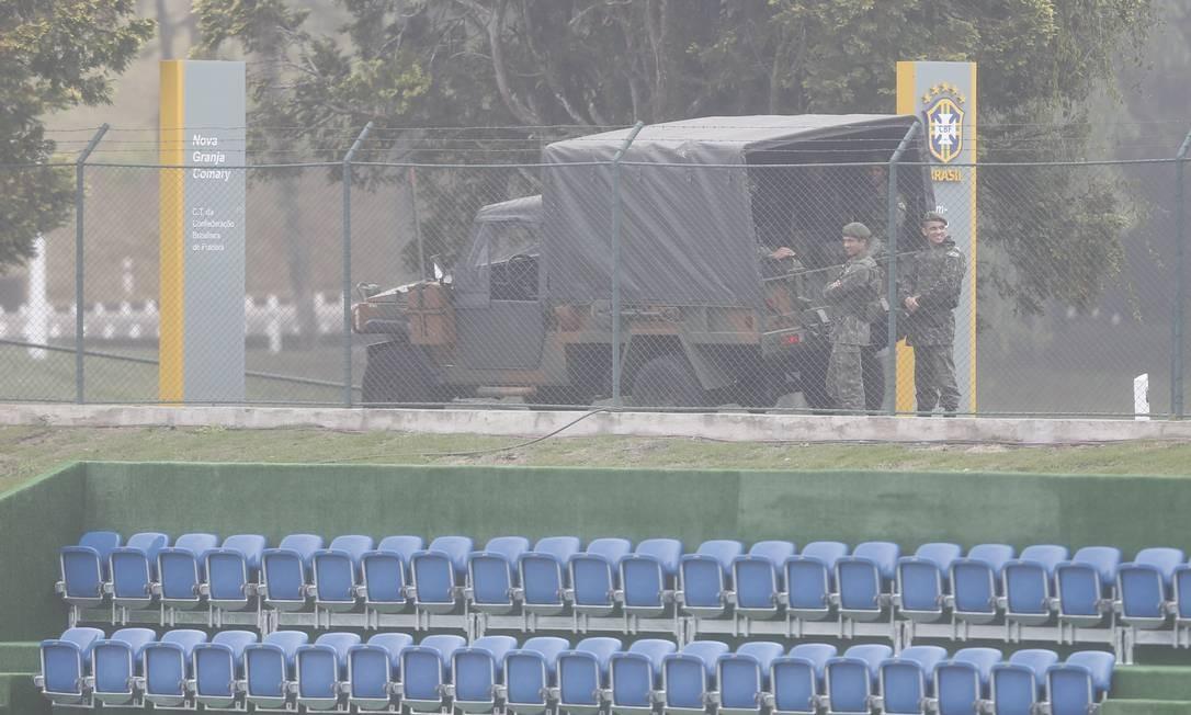 Desde quarta-feira, a segurança da Granja Comary conta com o Exército Foto: / Alexandre Cassiano/ O Globo