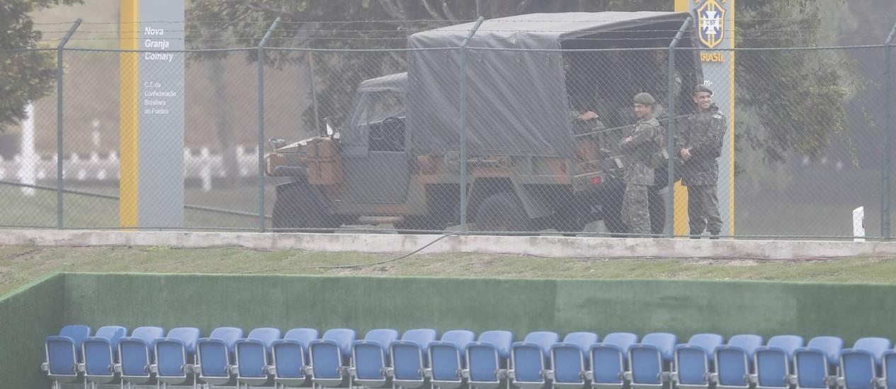 Desde quarta-feira, a segurança da Granja Comary conta com o Exército Foto: Alexandre Cassiano/ O Globo