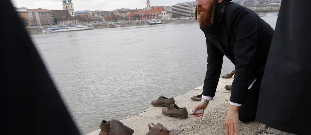 Rabino ortodoxo reza às margens do rio Danúbio, em Budapeste. Na Hungria, partido antissemita Jobbik elegeu três eurodeputados com 14,7% dos votos Foto: LASZLO BALOGH / REUTERS