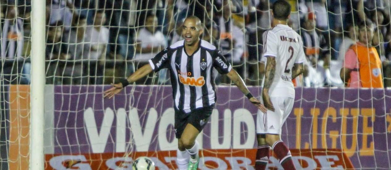Diego Tardelli, ao lado do lateral Bruno, comemora o segundo gol da vitória do Atlético-MG Foto: Divulgação / Atlético-MG