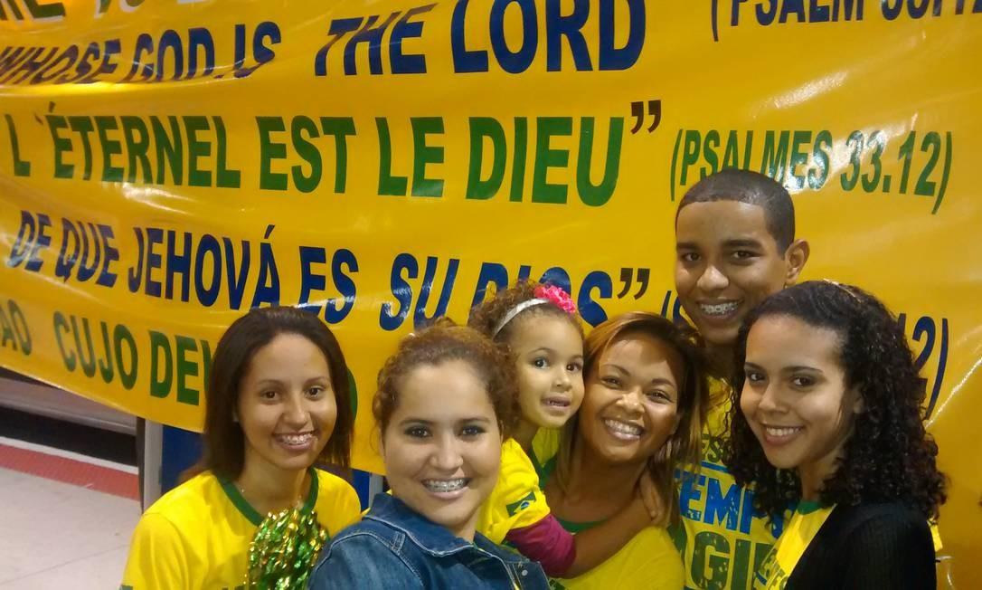 Rafael, ao centro, faz parte do grupo de evangélicos que foi recepcionar a seleção australiana em Vitória Foto: O Globo / Kleber Amorim