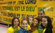 Rafael, ao centro, faz parte do grupo de evangélicos que foi recepcionar a seleção australiana em Vitória