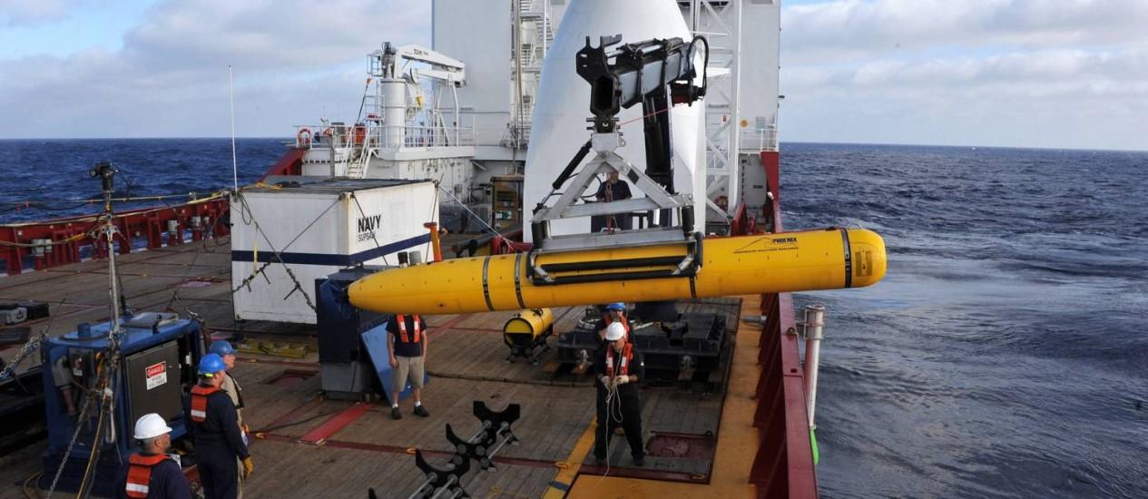 Tripulantes a bordo do navio australiano Ocean Shield deslocaram o submarino Bluefin-21 para o Oceano Índico, em abril Foto: HANDOUT / REUTERS
