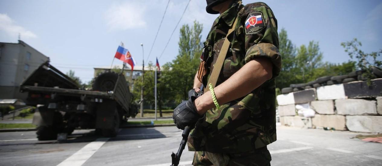 Rebelde pró-Rússia monta barricada perto do aeroporto de Donetsk, no Leste da Ucrânia Foto: MAXIM ZMEYEV / REUTERS