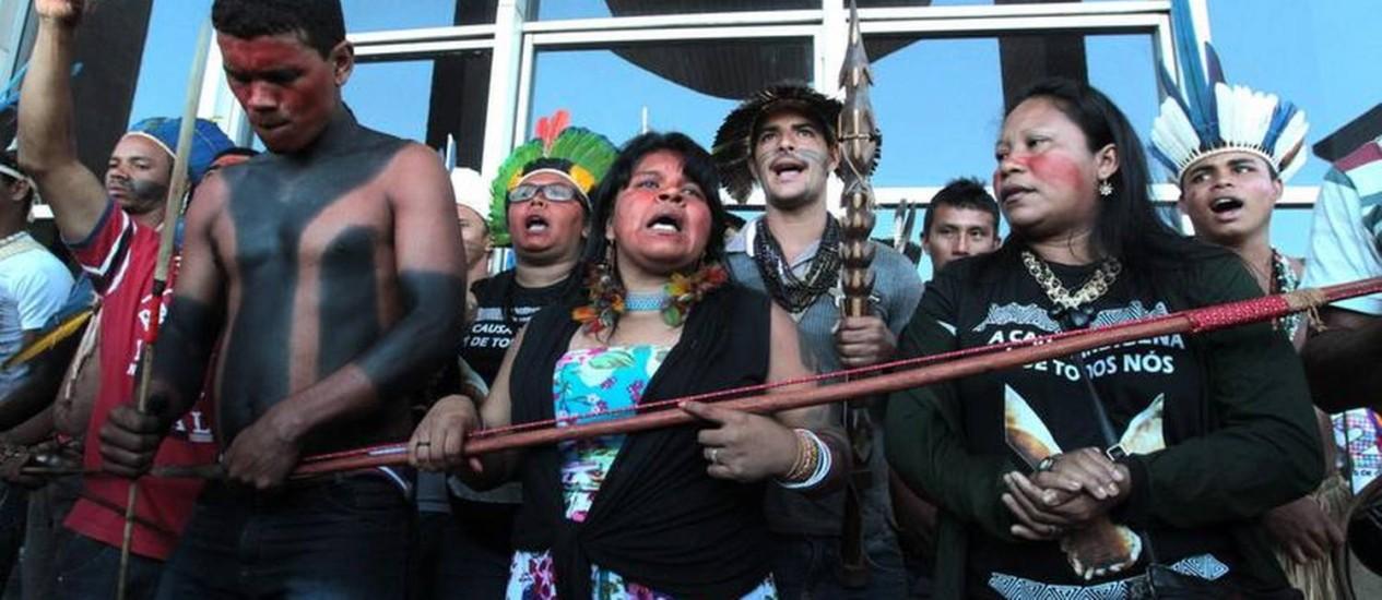 Índios bloqueiam entrada do Ministério da Justiça Foto: Givaldo Barbosa / O Globo