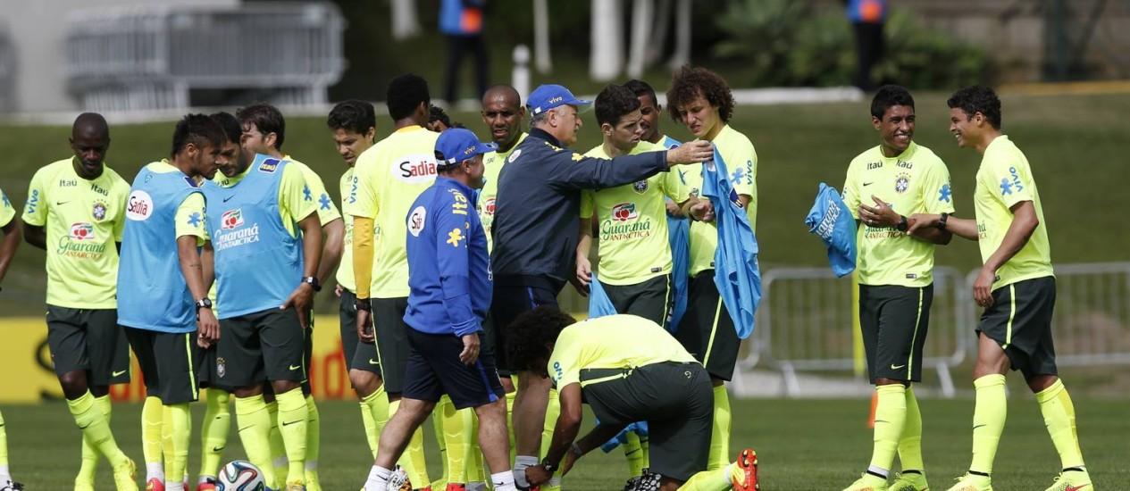 Felipão distribui os coletes antes do treino da seleção Foto: Alexandre Cassiano / O Globo