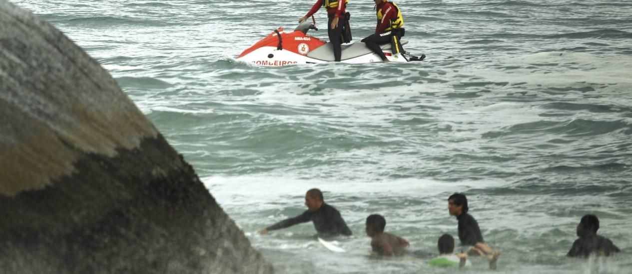 Bombeiros fazem buscas na Pedra do Arpoador, onde um turista argentino caiu no mar por volta de 6h da manhã levado por uma onda Foto: Gabriel de Paiva / Agência O Globo