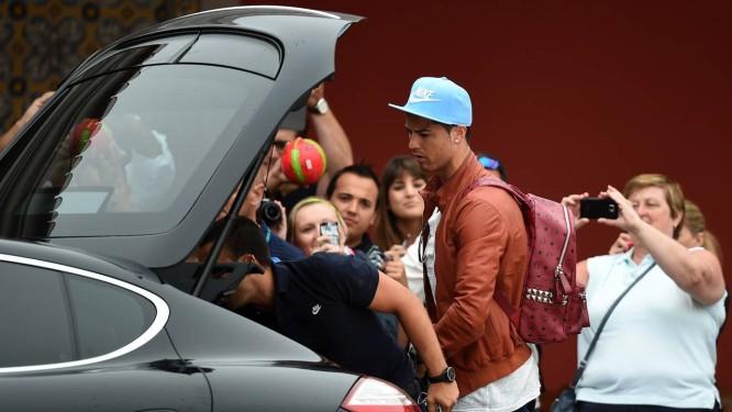 Cercado por fãs, Cristiano Ronaldo chega a cidade de Óbidos. Local onde está concentrada a seleção portuguesa Foto: Francisco Leong / AFP