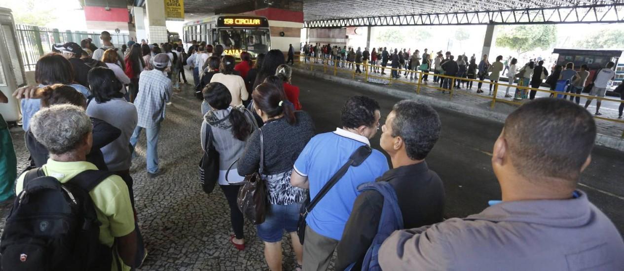 Em razão da greve dos rodoviários, passageiros enfrentam longas filas na Central do Brasil em 14/05/2014 Foto: Pablo Jacob / O Globo