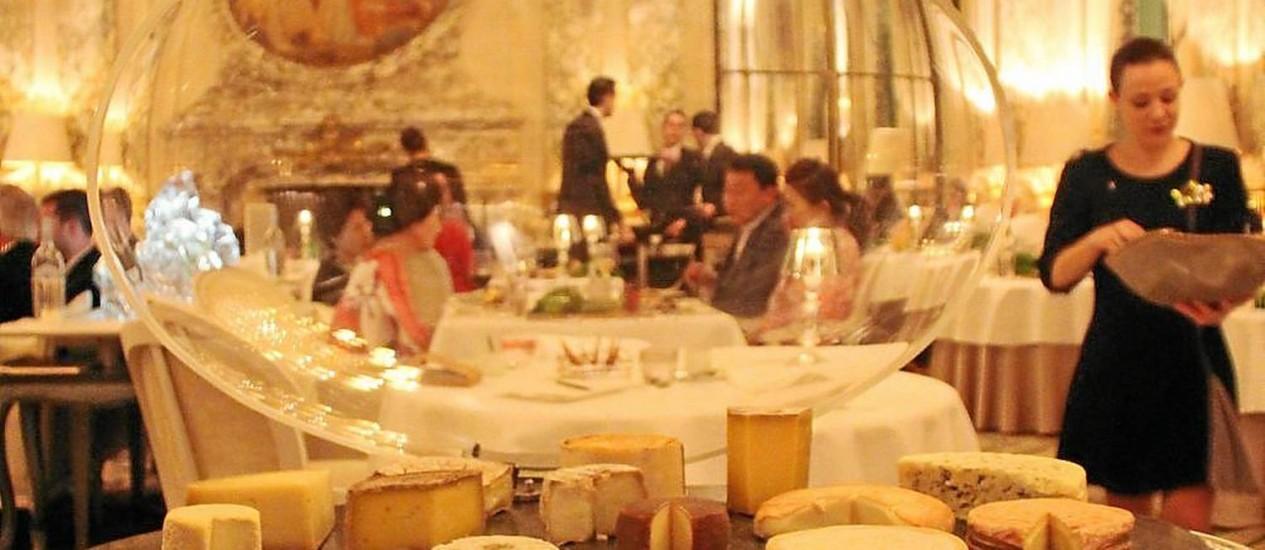 Afrescos, lustre de cristal e queijos no salão do Le Meurice Foto: Bruno Agostini / O Globo