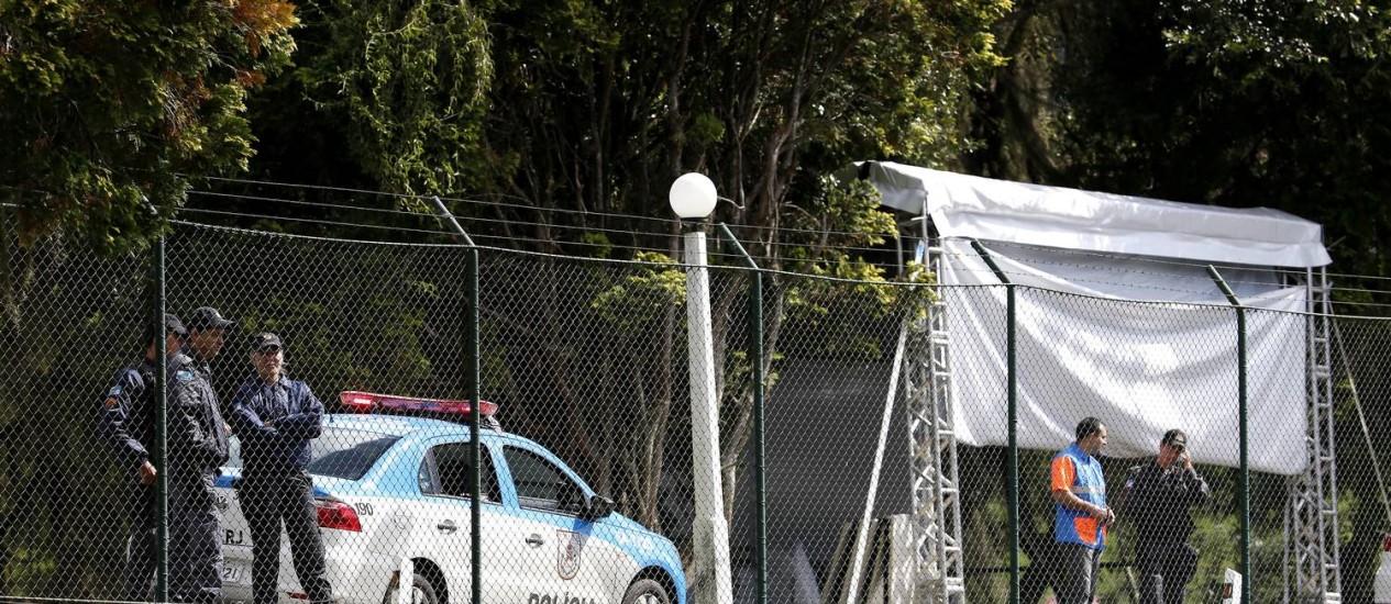 A polícia militar auxiliar na segurança no treino da seleção brasileira nesta quinta-feira Foto: Ivo Gonzalez / O Globo