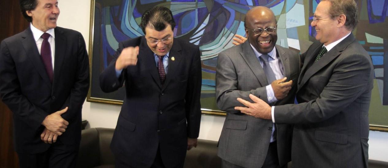 O presidente do Senado, Renan Calheiros, cumprimenta Joaquim Barbosa ao lado do senador Eduardo Braga, do PMDB Foto: Ailton de Freitas