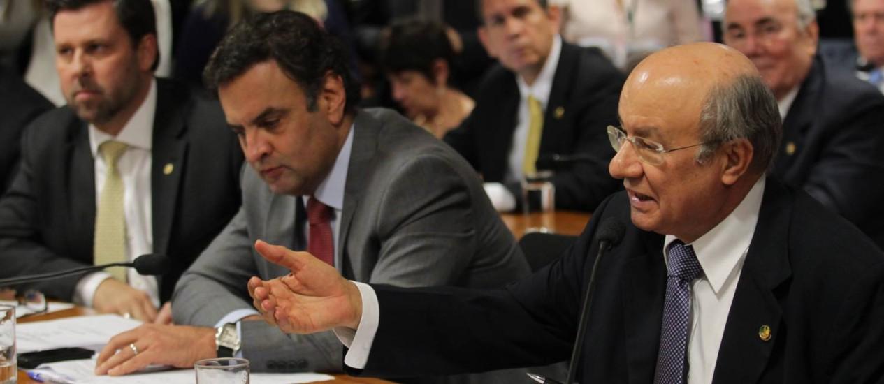 José Pimentel (PT-CE), à dir., recorre à Comissão de Constituição e Justiça (CCJ), após José Jorge não comparecer para dar explicações na CPI da Petrobras Foto: Ailton de Freitas / O Globo 28/05/2014