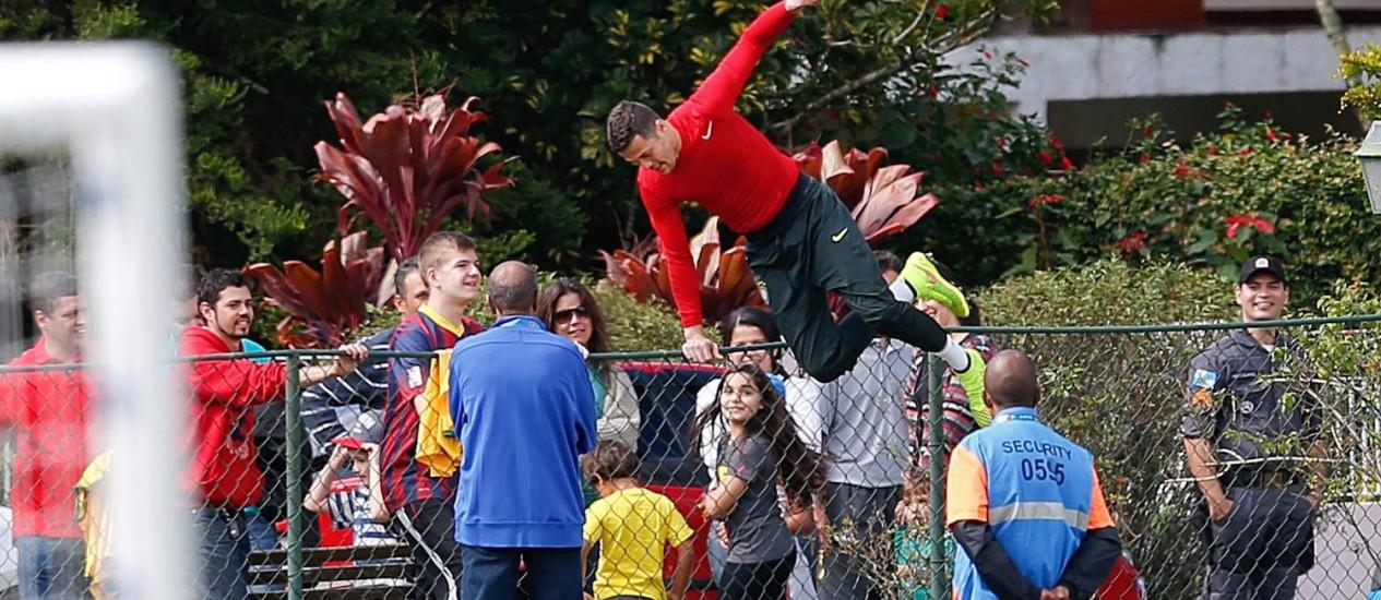 Julio Cesar pula a cerca para dar autógrafos Foto: Alexandre Cassiano / Agência O Globo