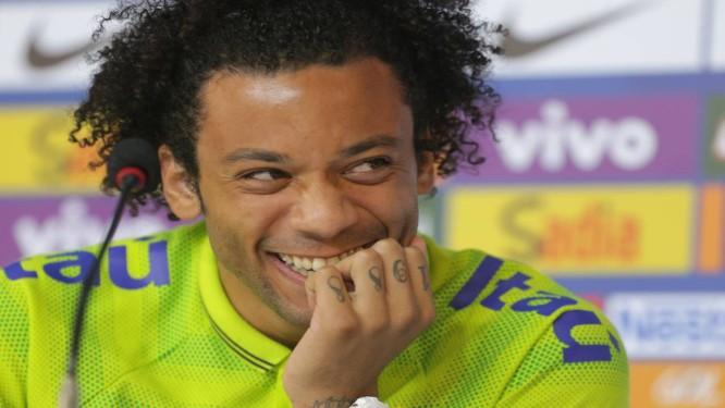 Marcelo sorri durante a coletiva. Lateral quer seguir os passos de Roberto Carlos na seleção Foto: Marcelo Theobald / Extra