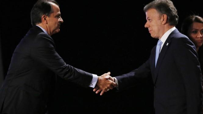 Juan Manuel Santos e Oscar Zuluaga se cumprimentam no debate antes do primeiro turno das eleições Foto: Fernando Vergara / AP