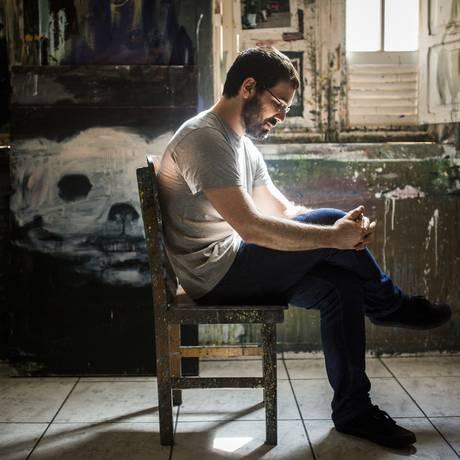 """O artista, em seu ateliê, num sobrado em Botafogo: """"Lido com coisas que nem sei o nome"""" Foto: Fabio Seixo"""