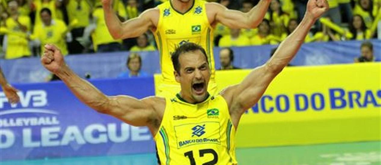Nome do jogo, Lipe, com o levantador Bruninho atrás, comemora muito a vitória do Brasil sobre a Polônia na Liga Mundial. FIVB/Divulgação