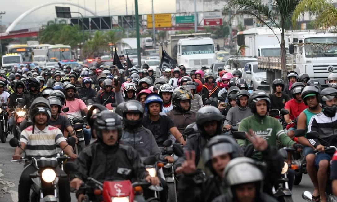 Mototaxistas protestam após enterro de colega, baleado no Complexo do Alemão Foto: Roberto Moreyra / Agência O Globo