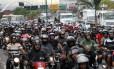 Mototaxistas protestam após enterro de colega, baleado no Complexo do Alemão