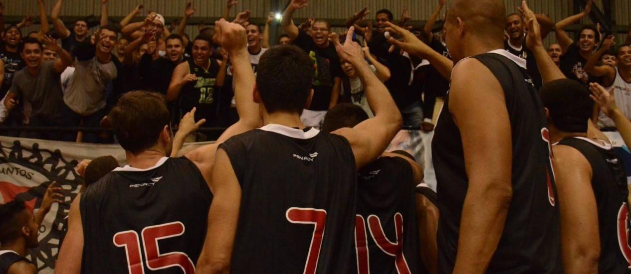 Vitória. Jogadores do Vasco comemoram com a torcida o triunfo sobre o Botafogo Foto: Rener Pinheiro/Vasco.com.br/26-05-2014