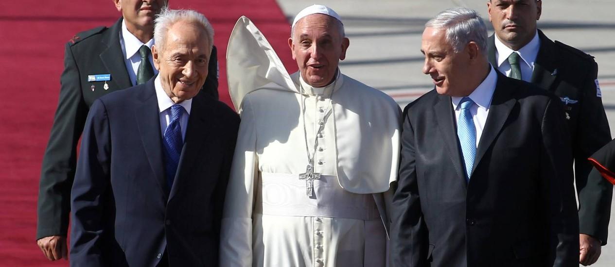 Papa Francisco entre Shimon Peres e Benjamin Netanyahu. Pontífice convocou presidente israelense elíder da Autoridade palestina para rezarem no Vaticano no próximo mês Foto: DAVID BUIMOVITCH / AFP