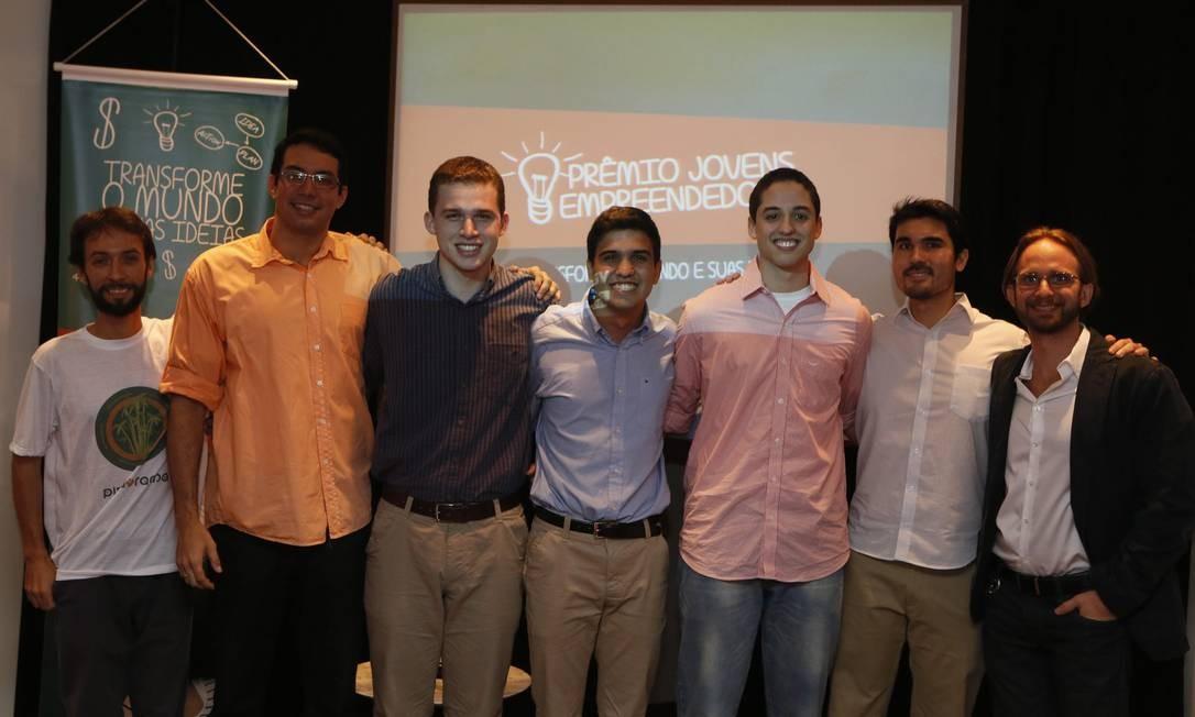 Os jovens premiados pelos projetos de BubbleApp, O Formigueiro e Green Point Foto: Felipe Hanower / Agência O Globo