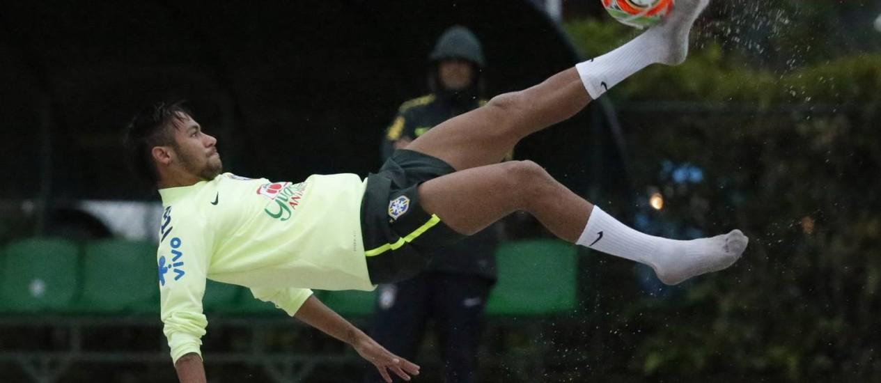 Depois do treino da tarde, Neymar jogou futevôlei com compaheiros da seleção Foto: Ivo Gonzalez / Agência O Globo