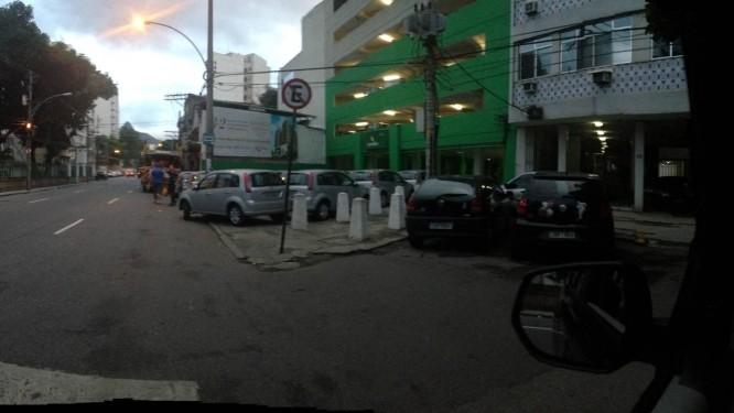 Carros ficam parados em calçada da Rua Barão de Mesquita - Foto: Leitor Eduardo Savine Mayr / Eu-Repórter