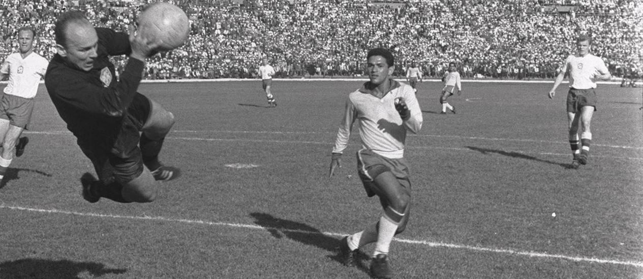 Mané Garrincha contra o goleiro tcheco Foto: Reprodução