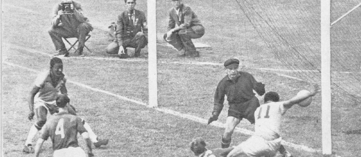 Observado por Pelé, Garrincha chuta a bola na trave em estréia de ambos contra a URSS Foto: Paulo Amaral / Reprodução