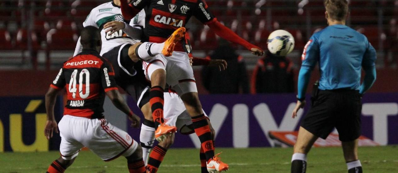 Jogadores do Figueirense e Flamengo disputam a bola no Morumbi Foto: Michel Filho / Agência O Globo