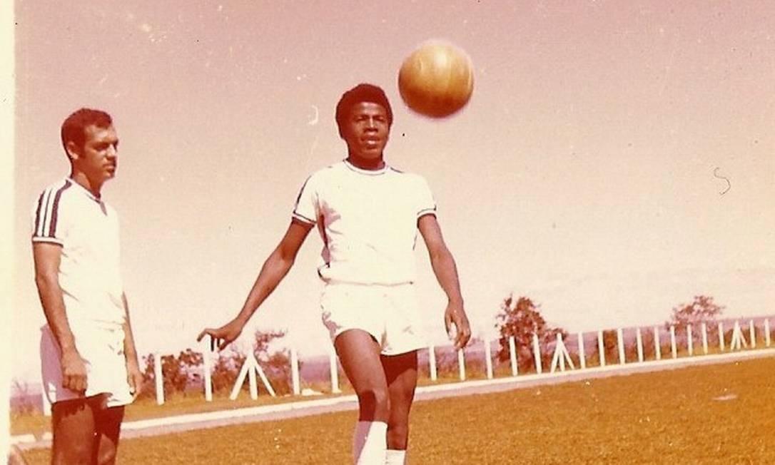 Barbosa, no tempo de atacante do time da Gráfica do Senado, nos anos 70. 'Jogava na frente, caíndo pela esquerda. Era muito rápido' Foto: / arquivo gráfica do senado