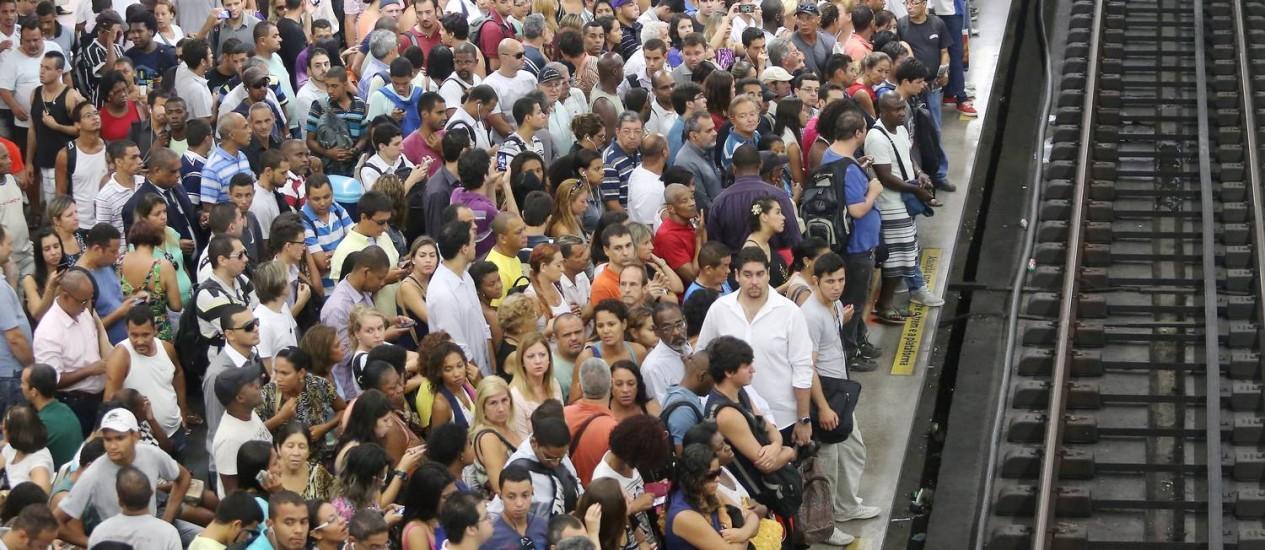 Plataforma lotada na estação do Estácio: aumento de tarifas do metrô e dos trens pode ser revisto Foto: Guilherme Pinto / Agência O Globo (13/03/2014)
