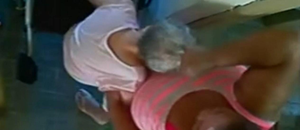 Imagem flagra momento em que idosa é puxada pelo cabelo Foto: Reprodução da Rede Globo / reprodução/ Tv globo