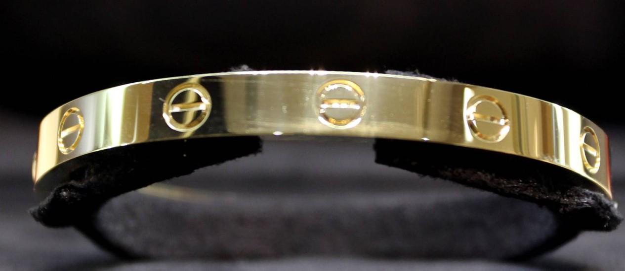 O bracelete Love, best-seller da Cartier, tem reproduções vendidas por internet Foto: Rafael Moraes / Agência O Globo