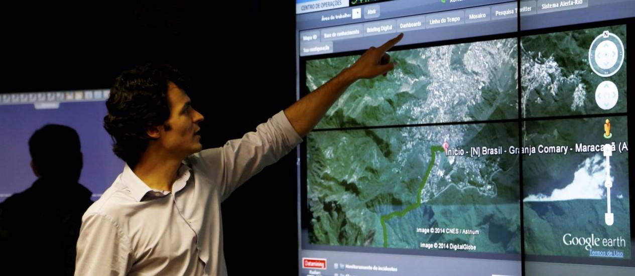 Controle. O chefe do COR, Pedro Junqueira, exibe um dos aplicativos Foto: Custódio Coimbra / Agência O Globo