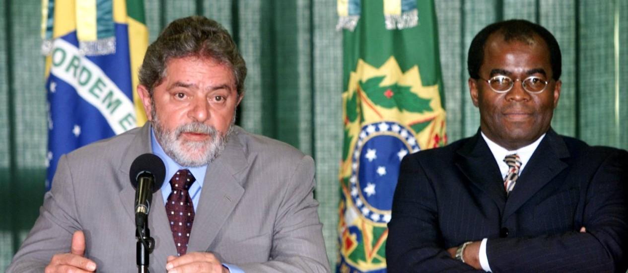 Lula e Barbosa, quando o então presidente anunciou seu indicado para o STF, o primeiro ministro negro da Corte Foto: Jamil Bittar/Reuters/5-7-2003