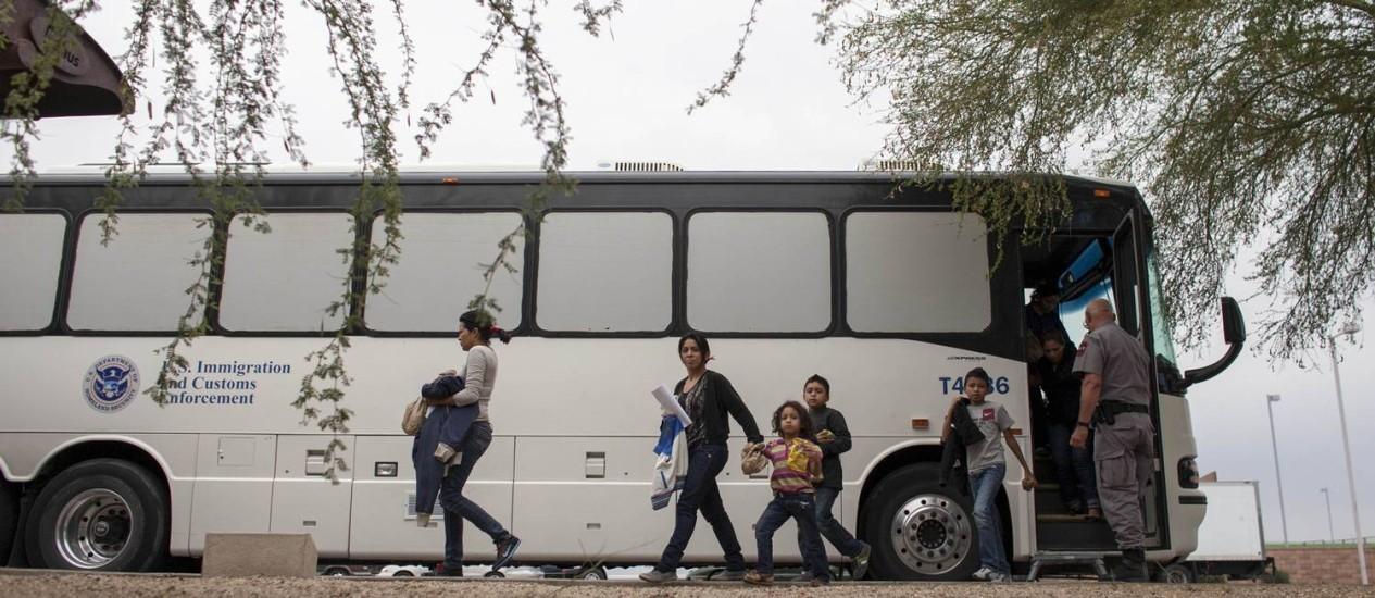 Imigrantes liberados desembarcam em uma parada de ônibus em Phoenix, nos EUA Foto: SAMANTHA SAIS / REUTERS