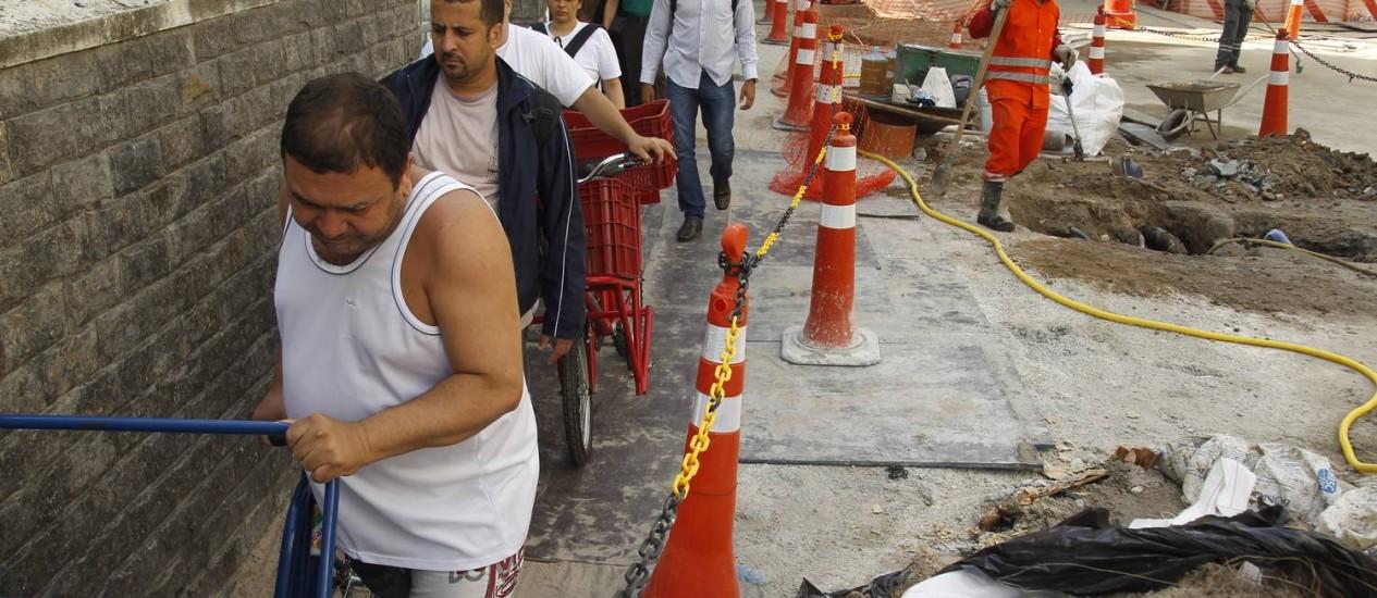 Obras para tapar os buracos na Rua Barão da Torre: polícia investigará acidente Foto: Gabriel de Paiva / Agência O Globo (13/05/2014)