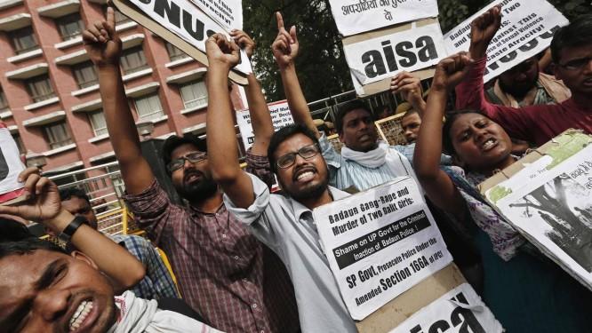 Estudantes protestam contra a morte de duas jovens no Norte da Índia Foto: ADNAN ABIDI / REUTERS